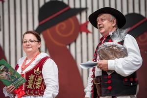 Jadwiga Jurasz i Andrzej Maciejowski - konferansjerzy FFGP. Amfiteatr Pod Grojcem, 54. TKB 2017, Foto: Waldemar Kompała/kocurzonka.pl (Plik .JPG)