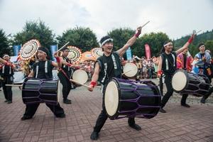 KLUB TAIKO z Takatsuki (Japonia) podczas korowodu zespołów w Wiśle. TKB 2018, Foto: Waldemar Kompała/kocurzonka.pl (Plik .JPG)