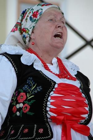 Anna Foja z Sopotni Małej - laureatka II miejsca w kategorii: SOLIŚCI ŚPIEWACY podczas 49. FFGP w Żywcu. Foto: Dariusz Kocemba/ROK (Plik .JPG)